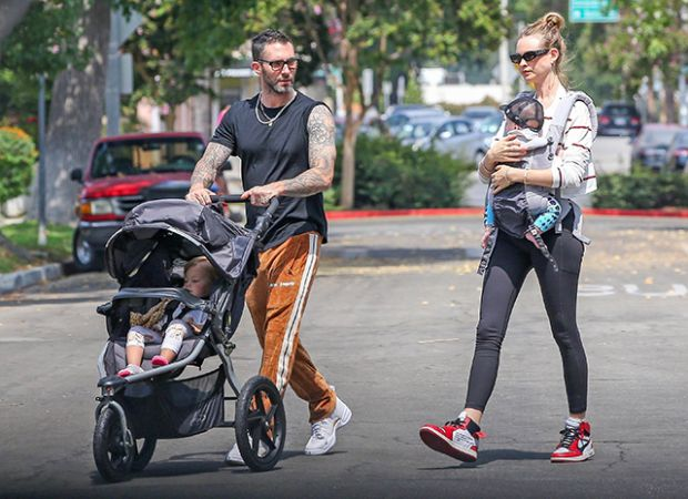 Днями зіркові батьки - Адам Левін і Бехаті Прінслу вийшли на прогулянку відразу з двома дітьми, таке можна рідко побачити у їхній сім'ї.