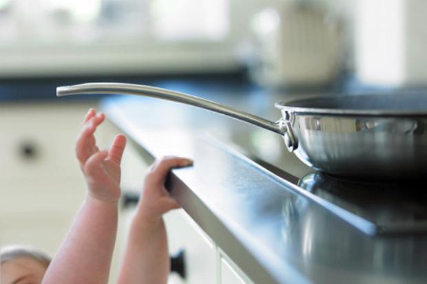 Обережно, вбережіть дитину від небезпеки в будинку. Повідомляє сайт Наша мама.