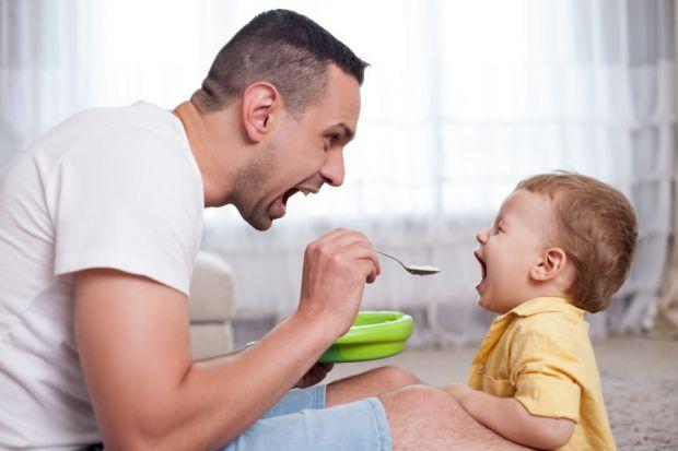 Весь час з малюком проводить мама, чоловіки мало присутні і посвячені у таке життя. Але є речі, які тати роблять не гірше матусь.