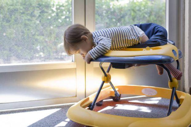 Батьки купують ходунки в надії, що малюк навчиться швидше ходити. Однак лікарі не радять вирішувати малюкам користуватися таким девайсом, так як вважа