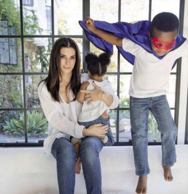 Популярна акторка Сандра Баллок розповіла, що у її відносинах з прийомними дітьми виникають труднощі.