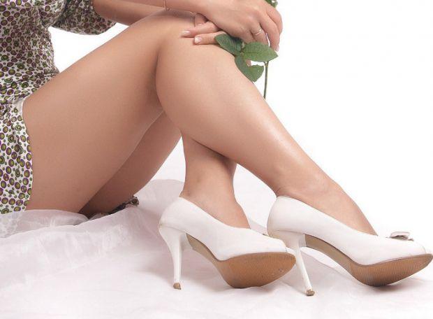 Набряки ніг – поширена проблема, особливо влітку. Причиною цього у здорових людей можуть стати як великі фізичні навантаження, тривале стояння або ход