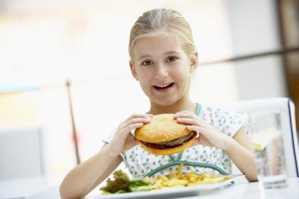 Забороняти чи ні дітям фаст-фуд?Багатьох батьків, які притримуються здорового харчування, здивували фахівці, які переконують, що дітям в жодному разі