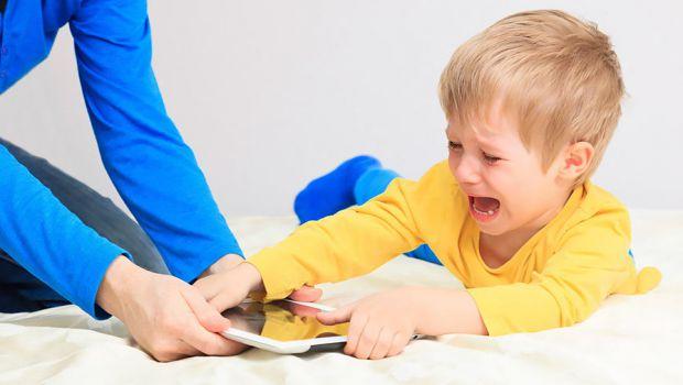 Зараз кожна друга дитина проводить час у інтернеті, не хоче йти гуляти – так виникає залежність від смартфонів і планшетів. Це може зашкодити здоров'ю