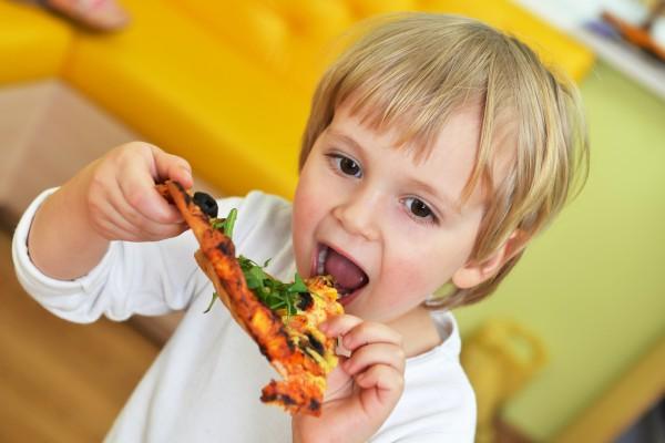 Діти, які частіше їдять фаст-фуд, мають гіршу успішність у школі, ніж їх однолітки, які харчуються здоровою їжею. До такого висновку прийшли вчені, як