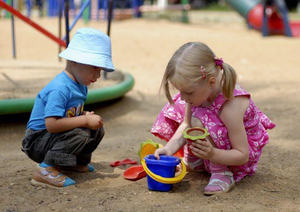 Надворі тепло і сонячно, тож чимало матусь беруть дітлахів погратися у пісочниці з іншими малюками. Однак, чим загрожує такий гральний майданчик? Пові