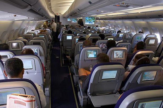 Якщо ви зібралися у відпустку або ж летите у справах, то варто знати, як не підхопити вірус на борту літака.