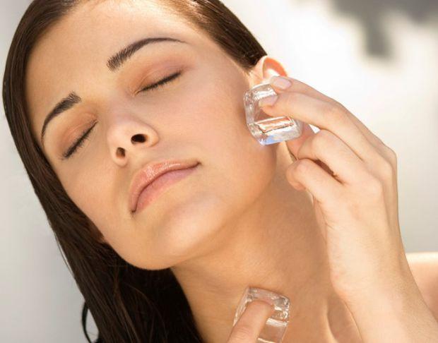 Знаєте, що, протираючи шкіру обличчя льдом, ви майже здійснюєте магію - перевірену часом б'юті-процедуру. Дізнайтеся про її корисні властивості.