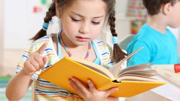 Вже в шість років українські діти найчастіше йдуть у перший клас. А до першого дзвоника залишилось трохи більше місяця. І ми вирішили дізнатися, що ж