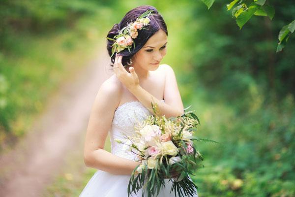 Вибір зачіски залежить від багатьох чинників - довжини, густини і характеру волосся, овалу обличчя, стилю і фасону плаття і форми фати або іншої прикр
