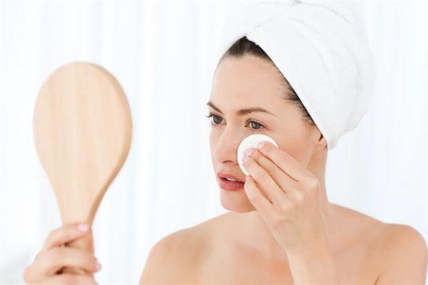 Косметологи й дерматологи весь час наголошують, що лягати спати з косметикою на обличчі категорично заборонено, це негативно впливає на стан шкіри. То