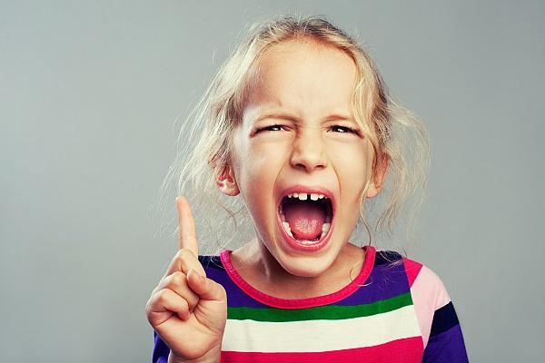 Агресивний малюк - це справа психолога, однак коли дитина сердиться і гнів її переповнює, головне для батьків - знайти правильні слова, а не починати
