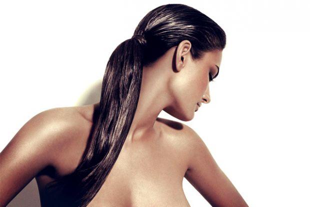 Магазинні ополіскувачі не лише боляче вдаряють по бюджету, але й містять чимало хімії, яка здатна більше нашкодити волоссю, ніж принести йому користь