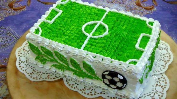 Чудовим подарунком для сина стане торт у вигляді футбольного торта. На приготування такого десерту вам знадобиться майже 3 години.