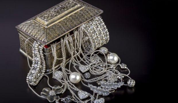 Якщо ти полюбляєш носити срібні перстені, браслети, то поєднай їх з правильним кольором одягу, щоб виглядати красиво.