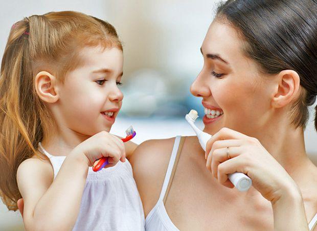 Коли ваш малюк підріс, потрібно його навчити чистити правильно зубки, як саме це зробити - читайте далі.