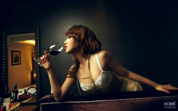 Дослідники з Університету Брістоля встановили, що вживання одного келиха вина протягом дня покращує зовнішній вигляд.