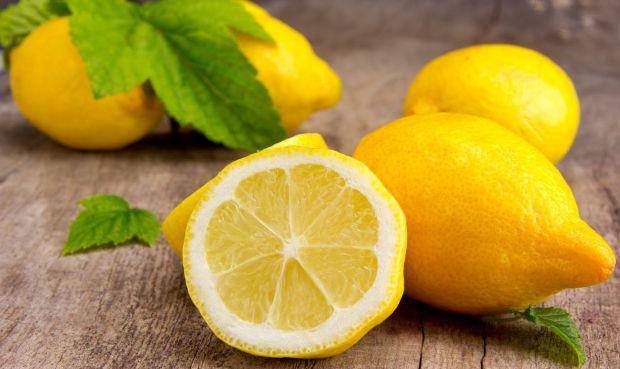 У кожної хазяйки на кухні повинен бути лимон, він не лише придає смаку й аромату страві, а й допомагає організму.