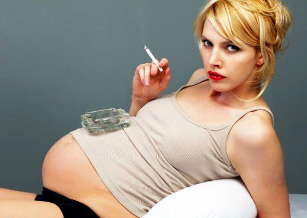 Якщо вагітна жінка вчасно не позбавиться від шкідливої пристрасті, вона може зіткнуться і з передчасними пологами, і з недостатньою вагою у новонародж