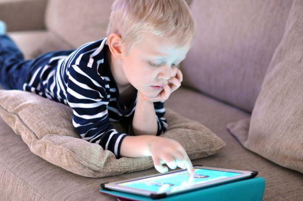 Науковці з США провели експеримент, де довели: залежність підлітків від смартфонів чревата переломами після 40 років.