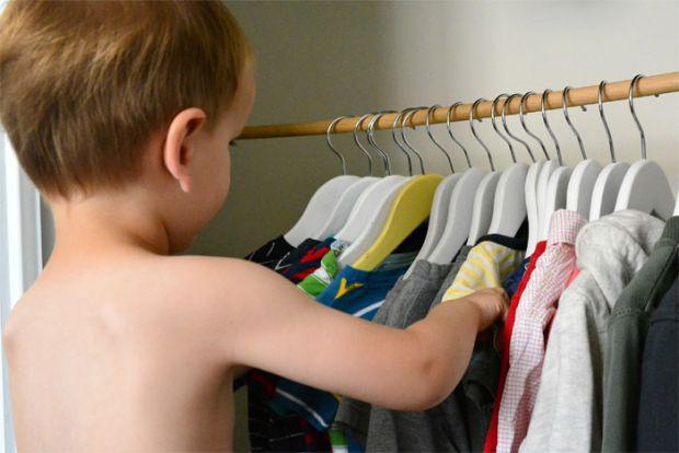 Виявляється, навчити дитину роздягатися самостійно значно простіше, ніж одягатися. Почніть з роздягання - нехай малюк сам знімає головні убори, стягує