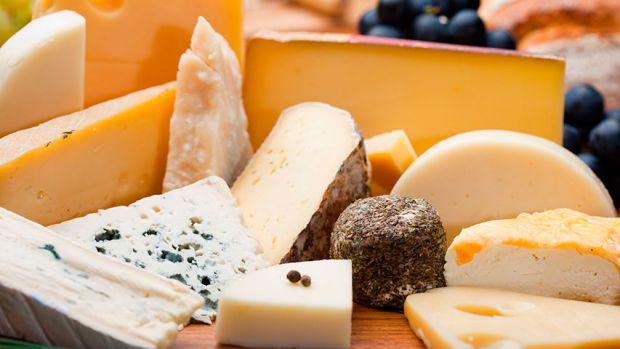Люди, які полюбляють ласувати сирами, приносять користь своєму здоров'ю. Чому так - читайте у матеріалі.