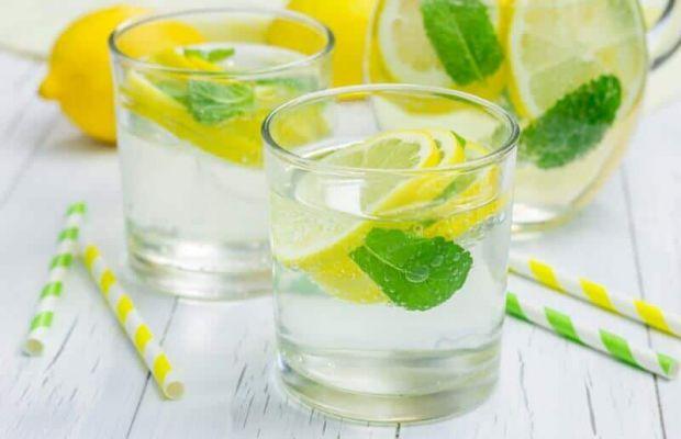 Одні вважають, що вода з лимоном корисна, а інші навпаки стверджують, що такій напій безкорисний. Давайте розглянемо, як насправді є.