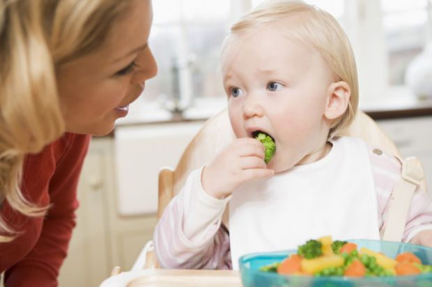 Скільки часу дитина повинна їсти - читайте далі.