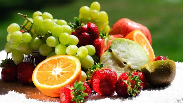1. ЯблукаІснує тисяча сортів яблук, кожен сорт хороший по-своєму. Яблука дуже корисні під час вагітності. Вони містять яблучну, лимонну кислоти, мікро