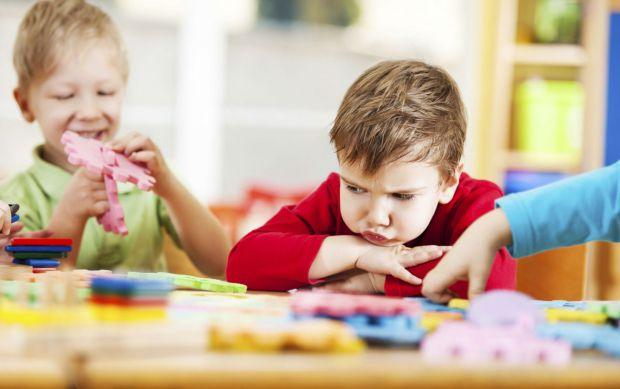 Як поводитись батькам, якщо у їхнього малюка немає друзів у дитячому садочку? Як помогти дитині подружитися? І що, власне, стало причиною такому факту