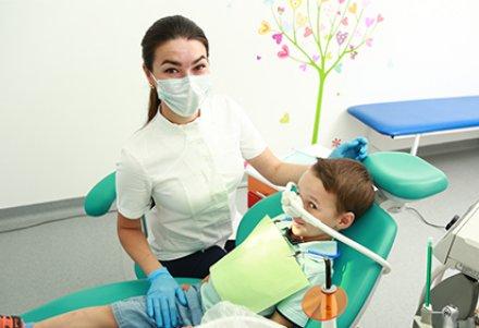 Для многих из нас зубной врач является одним из самых страшных персонажей из детства. Поход к нему превращался в настоящую пытку, родители им пугали,