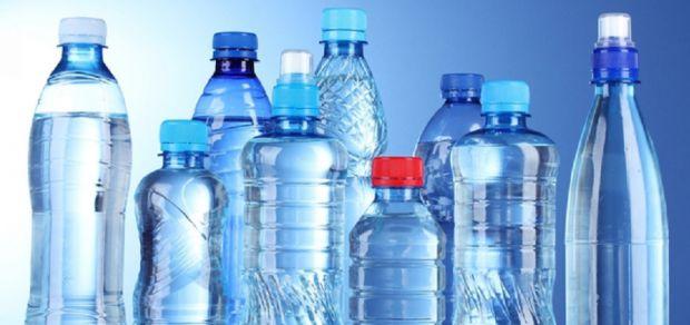 Питна вода, яка знаходиться в пластиковій тарі, може заподіяти певної шкоди здоров'ю.