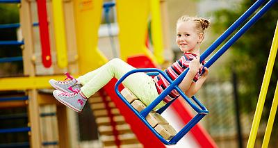 Зазаичай діти люблять найбільше бавитись на відкритих майданчиках, які не завжди є безпечними. Аби дитина не  травмувалась на майданчику, обов'язково