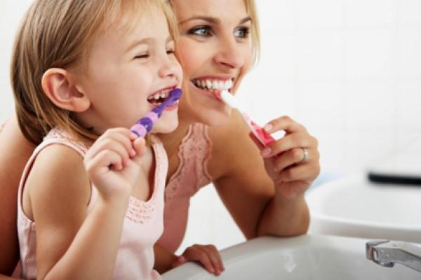 Стежити за зубкам потрібно з раннього дитинства! Повідомляє сайт Наша мама.