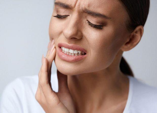 Полегшити зубний біль можна не тільки медикаментозним способом. Існують засоби народної медицини, здатні зменшити хворобливі відчуття.