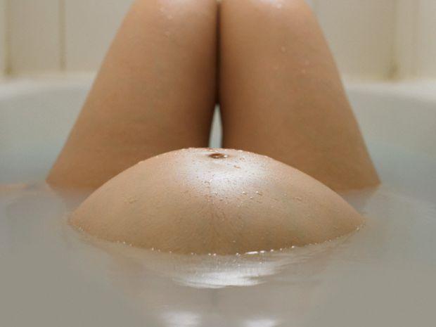 Деякі люди вважають, що вагітним жінкам і годуючим матусям потрібно митися тільки спеціальними засобами для вагітних, чи правильно це - читайте далі.