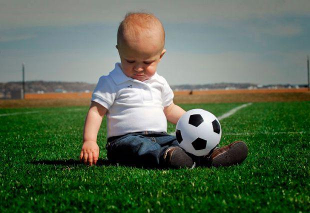 Прогулянка для дитинки і вас стане, ще цікавішо, якщо будете гратися з малюком.