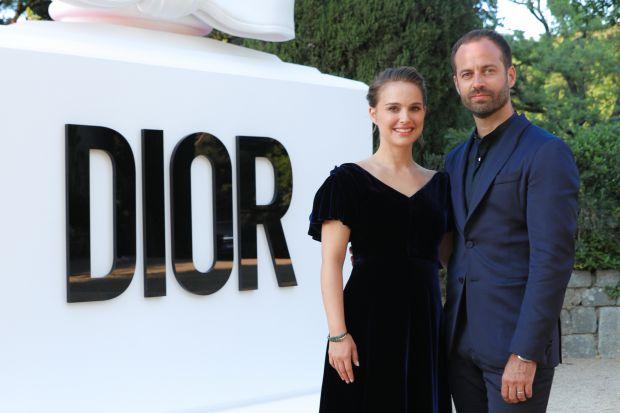 Актриса разом з чоловіком Бенджаміном Мільпельє з'явились на урочистій вечері Dior. Повідомляє сайт Наша мама.