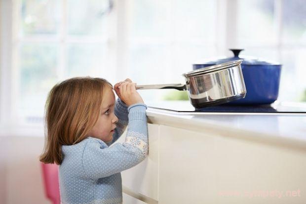 Кілька важливих рекомендацій, якщо ви вирішили залишити дитину саму вдома. Повідомляє сайт Наша мама.