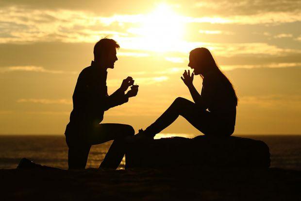 Нерідко жінки відкрито зізнаються, що хочуть отримати від чоловіка пропозицію руки і серця - а навіть натякають на це партнеру. Але чому ж вони самі н