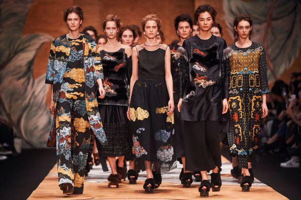 У Парижі закінчився тиждень високої моди, який відкрив новий модний сезон.Попереду покази колекції pret-a-porter, чиїсь підйоми та падіння, нові рішен