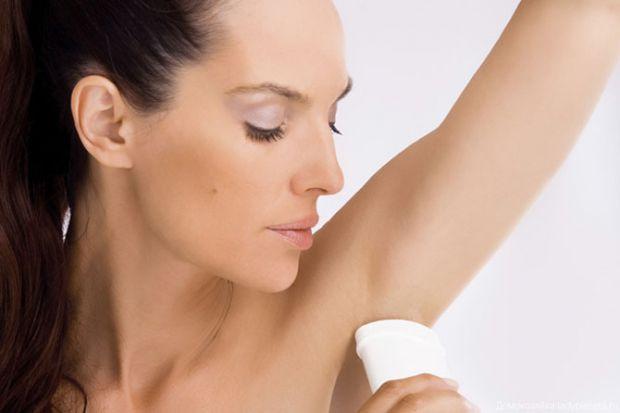 Якщо маєте можливість - приймайте душ не менше двох раз на день, якщо ж ні - беріть на роботу з собою гігієнічні серветки. Також пийте чисту охолоджен