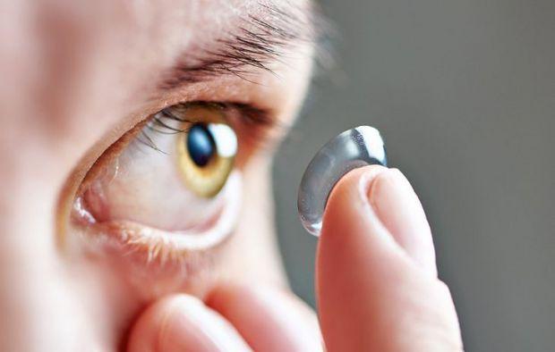 Лікувальні лінзи працюють за наступним принципом: вони вбирають ліки, а після попадання в око виділяють препарат.