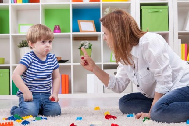 «Моя дитина спеціально рве книги, розмальовує шпалери, періодично розбиває щось з посуду, і ми ніяк не можемо впоратися з цією ситуацією ...» - подібн