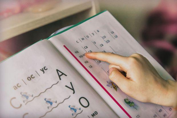 Дуже важливо усвідомити, що навчатись читати - доволі складно особливо дитині віком 4-5 років, тому батькам варто запастись терпінням у цій справі.
