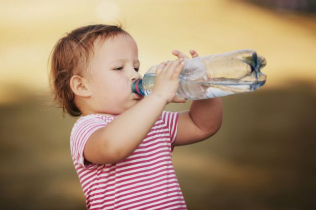 Якщо дитина звикла до солодких компотів, соків і газованих напоїв,то батькам слід пам'ятати, що велика кількість цукру, барвники і всілякі шкідливі до