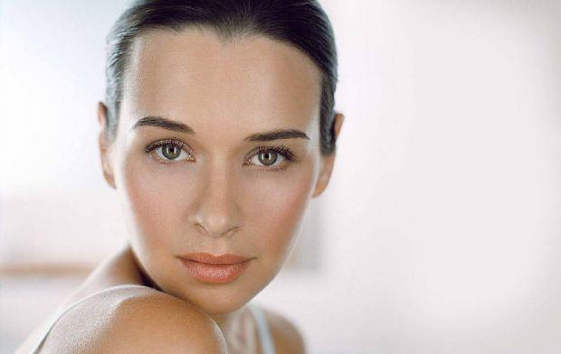 Косметика не тільки робить вас гарною, але й шкодить вашій шкірі.