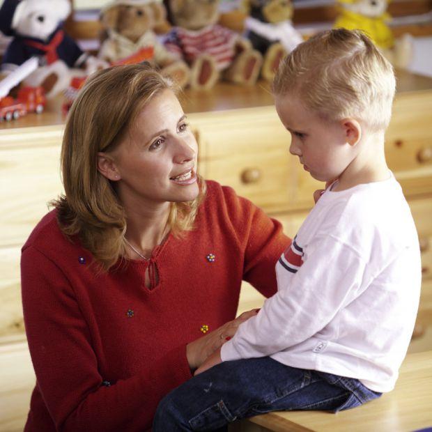 Батькам варто приділити час, щоб розповісти дітям, як поводитись у різних, небезпечних ситуаціях.
