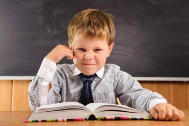 Домашнє завдання має поганий вплив на здоров'я дитини. Надто велику кількість роботи задають додому Так дитина не встигає відпочити і від цього її час