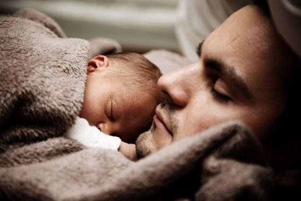 Якщо у жінки материнський інстинкт практично безумовний, то у чоловіка все складніше. Він розуміє, що все вже не буде так, як раніше, відбувається пер